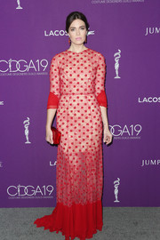 Mandy Moore complemented her dress with a red box clutch by Edie Parker.