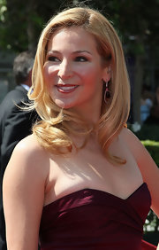 Jennifer Westfeldt attended the 2009 Creative Arts Emmy Awards wearing her hair in gorgeous sculpted waves.