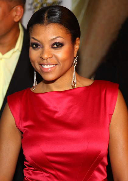 Taraji's chandelier earrings add a nice touch to her red gown and pulling the hair back definetly showed off their beauty.