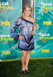 Shawn Johnson's print one-shoulder dress and black platform sandals were a divine combination.