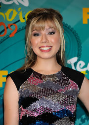 Jennette McCurdy paired her colorful sequin dress with metallic silver shadow and a light application of mascara.
