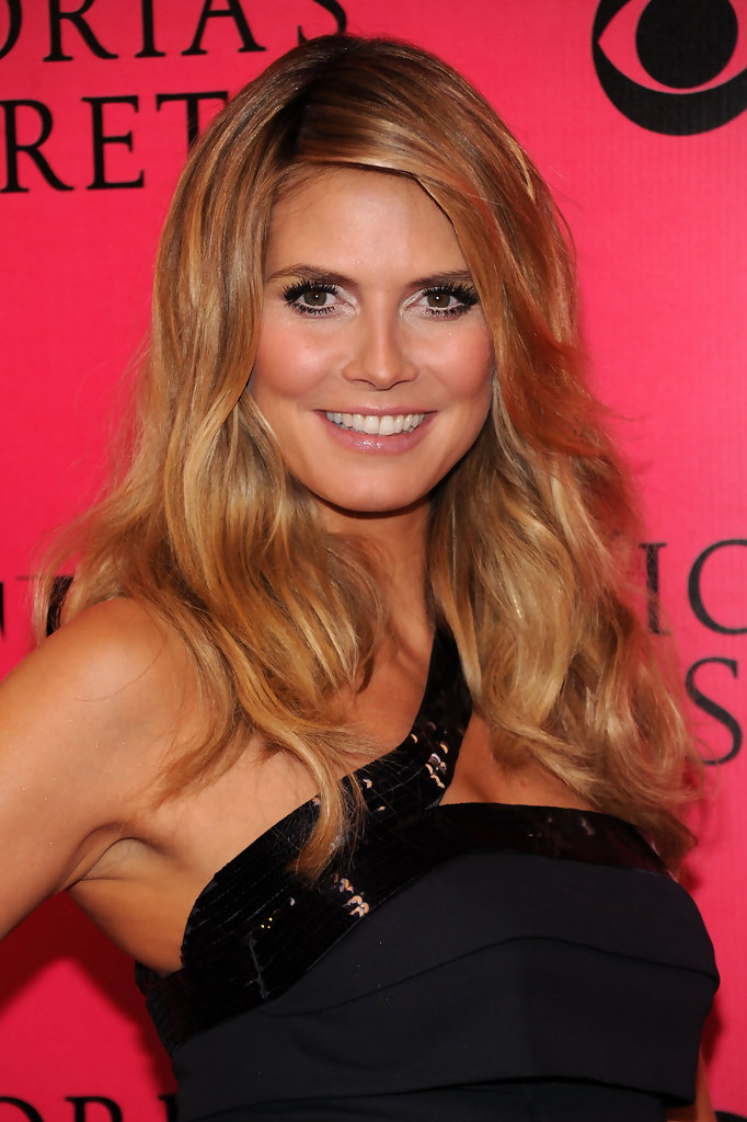 Model Heidi Klum arrives at the Victoria's Secret fashion show at The Armory on November 19, 2009 in New York City.