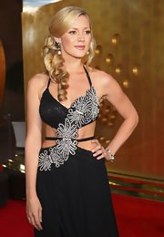 Amanda Watson glamed up her cut-out embellished gown with sweeping long curls.