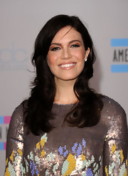 Mandy Moore made an appearance at the American Music Awards where she showed off her soft brunette curls. She completed her hairstyle with side swept bangs.