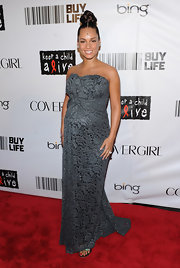 Alicia Keys showed off her pregnant belly in a grey lace strapless gown with gathered detail at the waist.