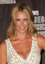 Chelsea Handler showed off her center part half up hairstyle at the VMAs.