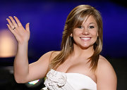 Shawn Johnson attended the 2010 Miss America pageant wearing a straight 'do and feathered bangs.