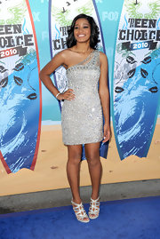 Keke sparkled in a one-shouldered mini dress with shimmering waves and metallic sandals.