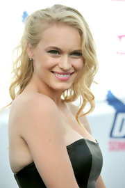 Leven gave her medium curls a twist by pinning one side back.