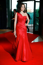 Mariska is ravishing in an iridescent red cocktail dress.