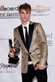 Justin Bieber has the Midas touch at the Billboard Music Awards in a gold lamè suit jacket. The young superstar loves to wear formal tux style jackets on the red carpet, particularly with black jeans and casual shoes. We wonder what Selena thought of his glitzy homage to The King.