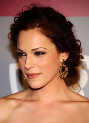 Amanda Righetti highlighted her pinned up ringlets with black and natural diamond earrings.