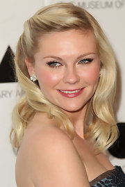 Kirsten Dunst wore her hair in a lovely half-up, half-down 'do with plenty of shiny glamour girl waves at the 2011 MOCA Gala.