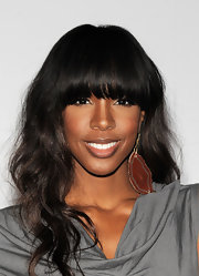Kelly Rowland styled her hair in soft curls with long bangs. It was the perfect hairstyle to shape her face.