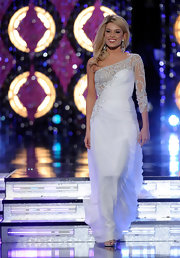 Teresa was a classic swan in this one-shoulder embroidered white gown at the 2011 Miss America pageant.