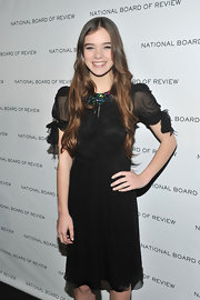 Hailee wore her long hair down in youthful auburn waves.