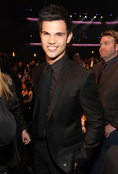 Taylor looked debonair in all black at the 2010 People's Choice Awards.