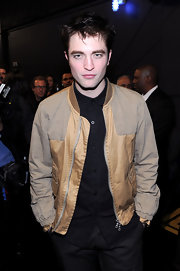 Robert keeps it casual at the People's Choice Awards in a blue button up and light weight zip-up jacket.