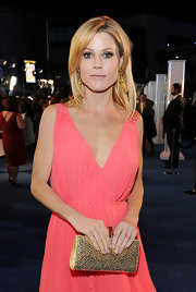 Julie Bowen gave her peach frock a bit of shimmer with a glittery gold clutch.