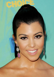 Kourtney Kardashain opted for a cobalt blue chiffon dress for the Teen Choice Awards. She complemented this flowing ensemble with a slick and high ponytail.