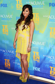 Demi Lovato was a ray of sunshine at the Teen Choice Awards in a pair of knotted yellow platform Jenny peep-toes.