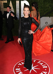 Kate Beckinsale kept her 'Vanity Fair' Oscar party look sleek with a shiny black hard case clutch.