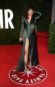 Paz de la Huerta looked seductive at the 2011 Vanity Fair Oscar party in a green evening dress with a revealing slit.