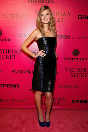 Constance Jablonski topped off her cocktail dress with navy blue platform pumps.