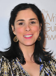 Sarah Silverman paired her relaxed hairstyle with ornate gold dangling earrings.