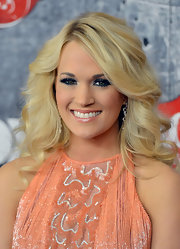 Carrie combated the sweetness of her peach frock with heavy and bold navy shadow.