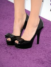 Michelle Williams topped off her look with feminine peep toe pumps with bow accents.