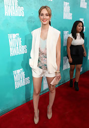 A sequined peach clutch was a sweet addition to Leighton's shorts at the MTV Movie Awards.