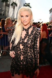 Kesha looked fantastic with this bottle blond side-swept 'do at the MTV Movie Awards.