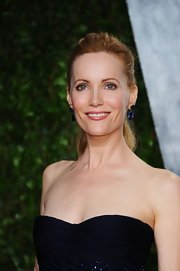 Leslie Mann wore her hair in a chic ponytail at the 2012 'Vanity Fair' Oscar Party.
