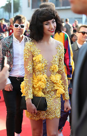 Kimbra's classic chain-strap clutch beautifully complemented her romantic floral dress.