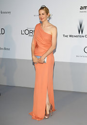 Kelly Rutherford no doubt made her 'Gossip Girl' stylist proud in this peach and champagne ensemble for the amfAR benefit.