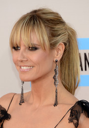 Heidi Klum glammed up her casual 'do with a pair of dangling crystal earrings.