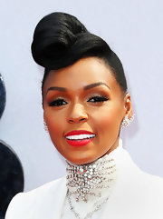To top off her retro style, Janelle chose a vibrant red lipstick.