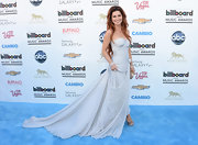 This lovely gray strapless ruched chiffon gown gave Shania Twain a lovely and romantic look at the Billboard Music Awards.
