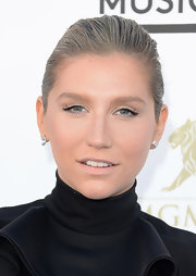 To complement her fresh-faced beauty look, Kesha opted for a simple and sleek ponytail.