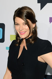 Gail Simmons carefully pulled back some of her curls into a half up, half down 'do, which revealed her stunning makeup beautifully.