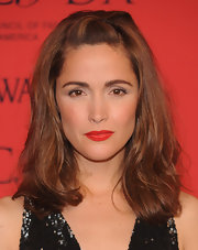 Rose Byrne kept it simple and effortless with a naturally wavy 'do with pinned back bangs.