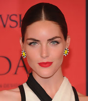 Hilary Rhoda's center-parted sleek pony made sure all the attention would be focused on her super fun daisy earrings!