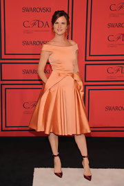 Juliette Lewis wore a retro-inspired off-the-shoulder frock in a soft peach.