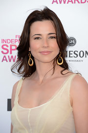 Linda Cardellini added a bit of a modern edge to her look at the Independent Spirit Awards with gold dangle earrings.