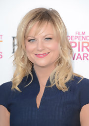 Amy Poehler looked casual but sophisticated on the pink carpet at the Independent Spirit Awards with her loose waves and side-swept bangs.