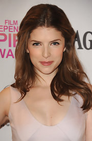 Anna Kendrick dressed up her body-boosted waves with a soft center part and pulled-back bangs.