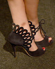 Kaley Cuoco chose a pair of black suede evening sandals with a stylish front tie for her red carpet look.