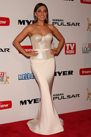 Zoe Foster totally showed off her curves with this cream-colored corset dress, featuring a stunning fit and flare mermaid skirt.