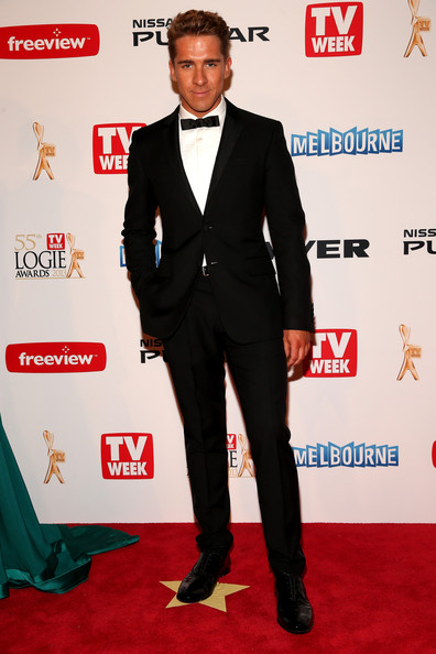 Hugh Sheridan chose a classic tuxedo, featuring a skinny bowtie, for his look at the 2013 Logie Awards.